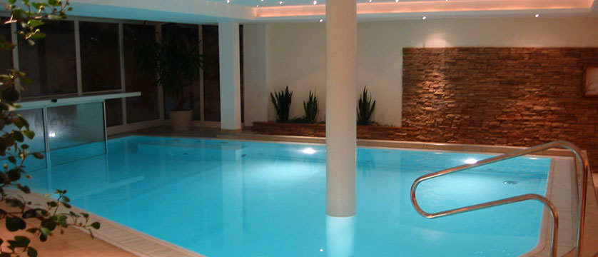 austria_mayrhofen_hotel-zillertalerhof_outdoor-pool.jpg